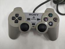 [PS1] Drôtový Ovládač Sony Dualshock - sivý (žltkastý) (estetická vada)